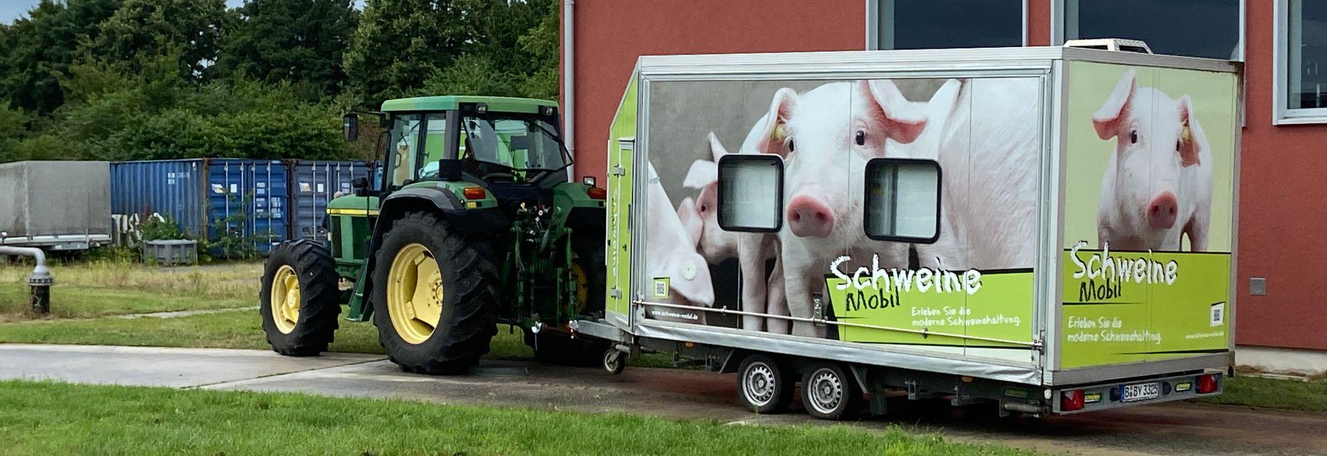 Traktor mit Schweinemobil